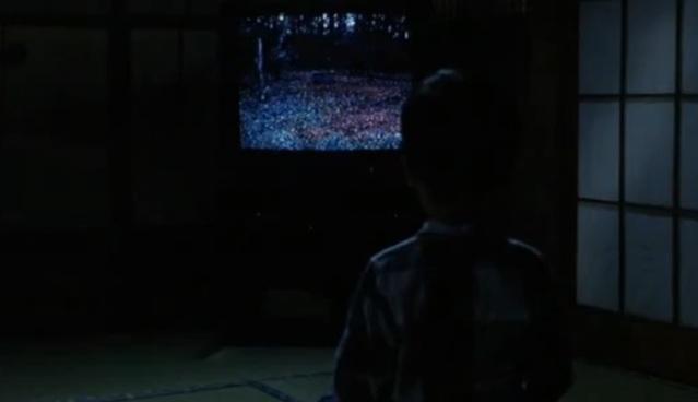 Yōichi Asakawa, le fils de la journaliste, regardant la vidéo en pleine nuit
