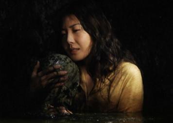 L'héroïne serrant contre sa poitrine le corps de Sadako