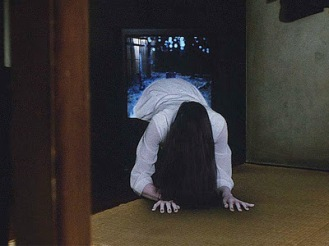 Sadako jaillissant lentement du poste de télévision