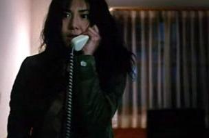 Reiko Asakawa, le personnage principal répondant a un mystérieux appel anonyme.