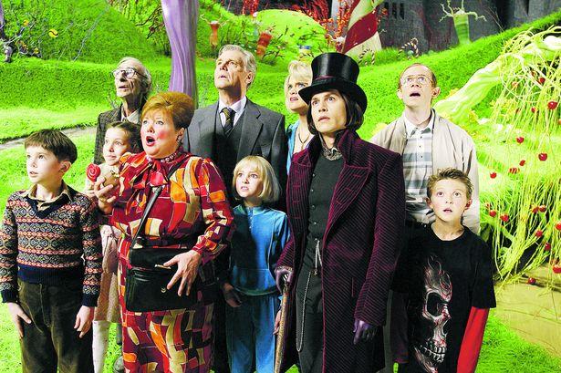 Willy Wonka et ses fans visitant l'usine.