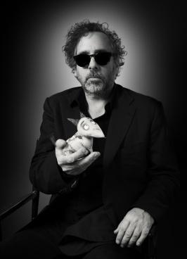 Tim Burton qui tient le petit chien de Frankenweenie dans sa main.