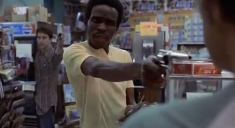 La scène du hold up où Travis abat un noir par derrière.