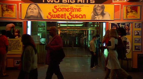 Le cinéma diffusant Sometime Sweet Susan, un film érotique auquel Travis amène Betsy