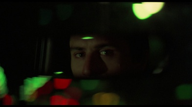 Travis regardant dans son rétroviseur à la fin du film.