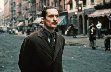 Robert de Niro jouant un jeu Vito Corleone dans le Parrain 2