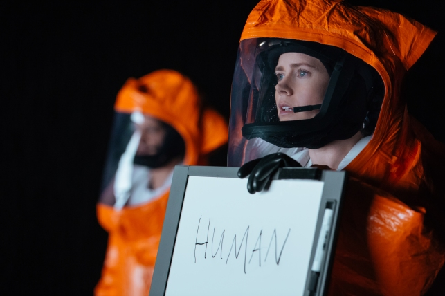 Amy Adams jouant l'héroïne dans Premier Contact