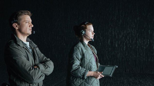 Amy Adams et Jeremy Renner en train de tenter de communiquer avec les extra-terrestres.