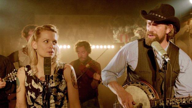 Didier et Elise chantant sur scène en se jetant des regards complices et sincèrement amoureux.