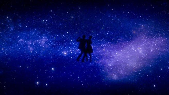 Ryan Gosling et Emma Stone dansant sous un ciel étoilé.