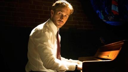 Ryan Gosling au piano d'un club de jazz.