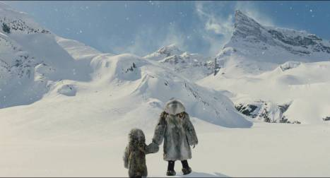 Les deux survivants du films face à une étendue de neige.
