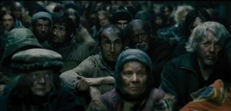 La population pauvres du fond du train assise à même le sol.