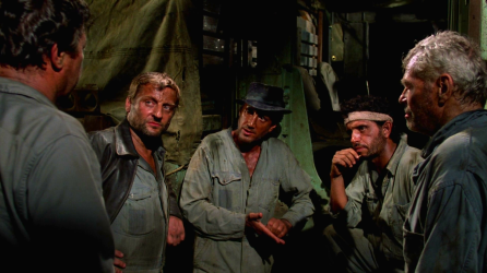 Les trois chauffeurs principaux (le gangster, le fraudeur et le terroriste) en plein meeting, juste avant de partir en mission.