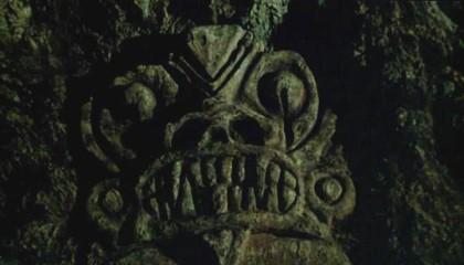 Un visage de démon taillé dans la roche.