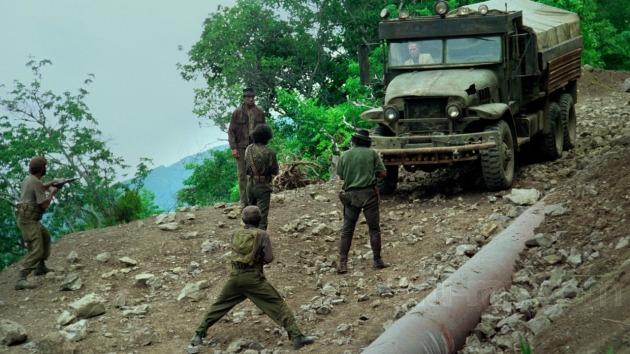 Un groupe de soldats rebelles tend une embuscade à l'un des camions.