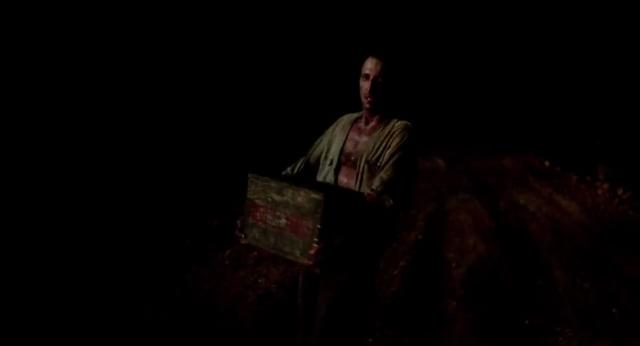 Roy Scheider sortant titubant de l'obscurité en portant une caisse de nitroglycerine. Il n'est éclairé que par les flammes du puits de pétrole qui se trouve hors champs.