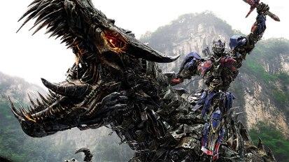 Optimus Prime, le leader des Autobots, chevauchant un T-Rex Robot géant en brandissant une épée robot géante.