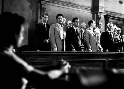 Le jury se retirant pour délibérer, jetant au passage des regards lourds de sens à l'accusé.