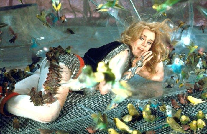 Jane Fonda se faisant déshabiller par une nuée de petites oiseaux, mais pas comme Blanche Neige
