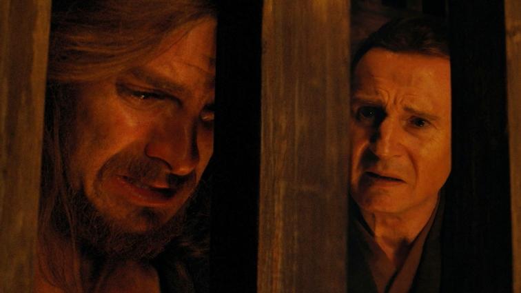 Pour vous donner un exemple, une longue partie du film se déroule dans une prison en plein air, et la caméra de Scorsese passe le plus clair de son temps à jouer avec les barreaux de cette prison, qui prennent une grande partie du cadre sans empêcher pour autant la lecture de la scène, et qui rappelle la situation de Rodrigues dans ces moments-là. Jusque là rien d'étonnant, jusqu'à la scène illustrée ci-dessus, où en plus de montrer la division entre Rodrigues et Ferreira, les barreaux semblent dessiner la prison de l'esprit de Rodrigues. Il a l'air à l'étroit dans ses barreaux, là où Ferreira semble avoir plus d'espace - pourtant, ils sont dans la même prison (la religion, possiblement), et leurs regards convergent sur le même point.