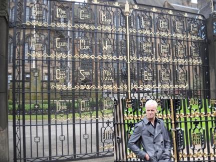 Et mon université fait aussi une apparence, mais elle joue le rôle d'une grande école privée. C'est à dire que c'est pas simple de trouver une vraie école qui fasse prestigieuse, donc le Memorial Gate de l'Université de Glasgow a du sortir ses talents de comédien. #TheMoreYouKnow #VousAllezPouvoirFrimerAvecVosPotes