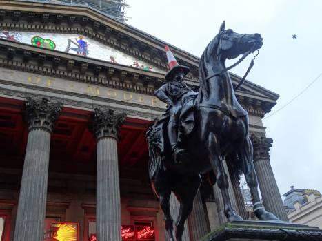 Et c'est gratuit pour votre culture générale inutile : la statue du Duke of Wellington dont je parle plus haut. Oui il a un cône de chantier sur la tête. Oui, c'est pour ça qu'on connaît la statue maintenant. Bienvenue en Ecosse.