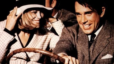 Bonnie et Clyde s'échappant d'un braquage, hilares