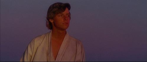 Luke Skywalker contemplant le ciel de Tatooine et rêvant d'échapper à sa vie sans avenir.