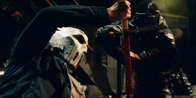 Casey Jones se battant contre des ninjas du foot cland dans Ninja Turtles 2 (2016) dans une scène finalement assez peu violente car trop coupée.