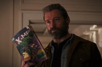 Logan brandissant des comics X-men, la lecture favorite de Laura