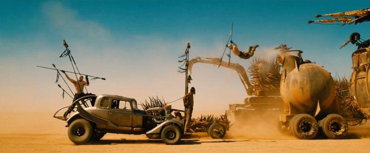Deux voitures pourchassant un camion citerne à travers le désert dans Mad Max Fury Road