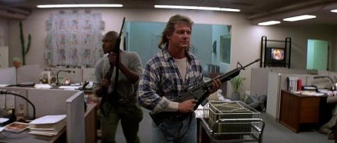 John Nada et son acolyte Frank Armitage, fusils automatiques en main, prêts à en découdre avec les aliens