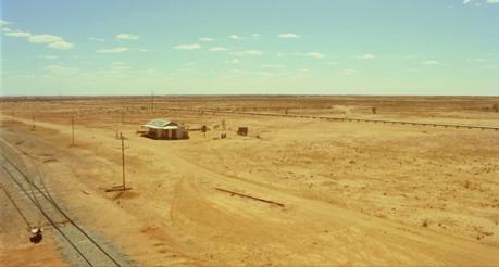 Une image du plan d'ouverture de Wake in Fright montrant un bar/hotel au beau milieu du désert australien