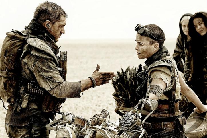Max et Furiosa discutant dans un désert de sel.