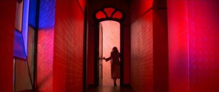 Jennifer Harper dans un décors trop grand pour elle