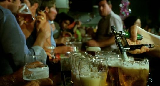 Un gros plan sur la main du barman remplissant une dizaine de verres à la suite.