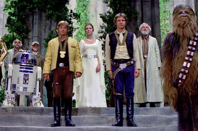 Luke Skywalker et Han Solo recevant une médaille des mains de la princesse Leïa à la fin de Star Wars IV