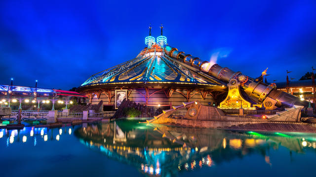 Photo de l'attraction Space Mountain et des Mystères du Nautilus à Disneyland Paris, de nuit.