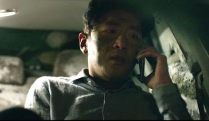 Jeong-soo coincé dans sa voiture et au téléphone